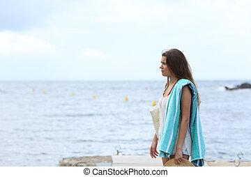 frustrato, sunbather, spiaggia, in, uno, giorno nuvoloso