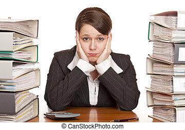 frustriert, überarbeitet, unternehmerin, in, buero, zwischen, büroordner, stapel