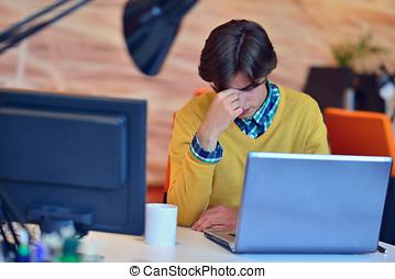 frustriert, junger, kaufleuten zürich, arbeiten, desktop-computer, an, start, buero