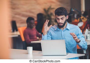 frustriert, junger, kaufleuten zürich, arbeiten, desktop-computer