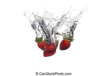 frutas frescas, caído, en, agua, con, salpicadura, blanco, plano de fondo