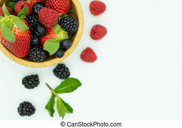 frutta, pieno, superiore, vista, esterno., concept., bianco, more, fragole, legno, text., mirtilli, sinistra, fondo, cibo, sano, spazio, ciotola, angolo, cima, lamponi
