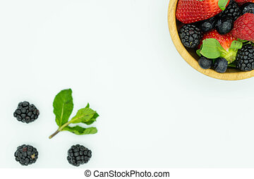frutta, pieno, superiore, vista, esterno., concept., bianco, more, fragole, legno, text., mirtilli, fondo, cibo, destra, sano, spazio, ciotola, angolo, cima, lamponi