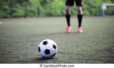 fußballspieler, spielende , mit, kugel, auf, feld