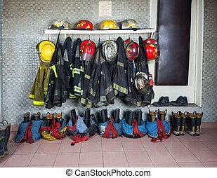 fuego, bombero, estación, arreglado, trajes