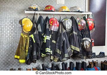 fuego, bombero, estación, uniformes, arreglado