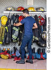 fuego, el quitar, bombero, uniforme, estación, ahorcadura