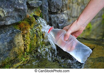 fuente, de, agua primavera, botella, relleno, llevar a cabo...