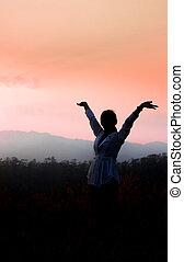 fuerte, confiado, mujer, brazos abiertos, debajo, el, salida del sol, en, montaña