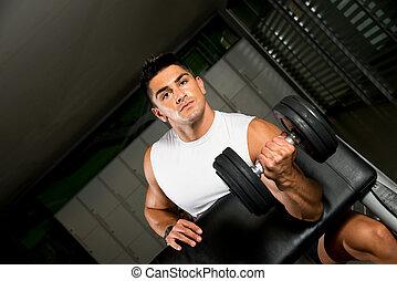 fuerte, muscular, hombre levantar pesas