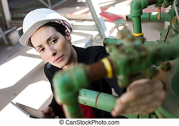 fuite, inspection, femme, ingénieur, usine