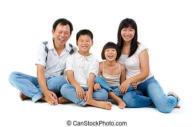 fullbody, feliz, familia asiática