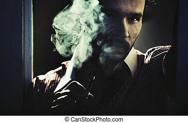 fumar, bonito, homem, com, olhar sério