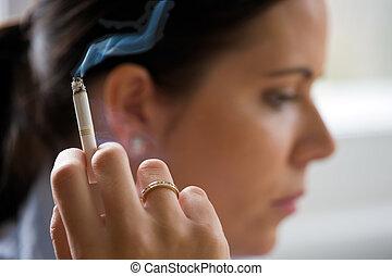 fumar, mujer, con, un, cigare