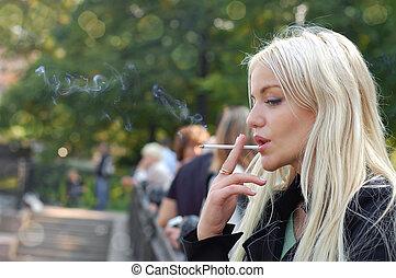 fumar, niña, aire libre