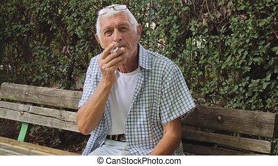 fumer, homme aîné, cigarette