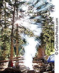 fumo, falò, luce sole, campeggio, tende
