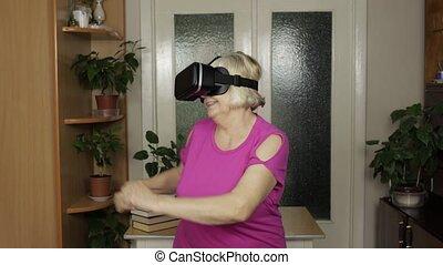 fun., avoir, vidéo, femme, virtuel, vr, regarder, surprenant, grand-mère, danse, 3d, casque à écouteurs, lunettes protectrices