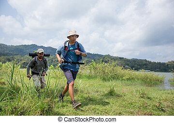 funcionamiento del hombre, mientras, excursionismo, en, al aire libre