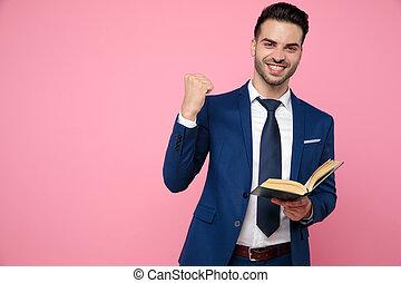 fundo, atraente, leitura homem, jovem, cor-de-rosa, livro