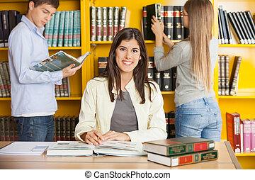 fundo, biblioteca, enquanto, livros, estudante, amigos