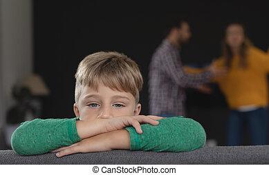 fundo, triste, pais, enquanto, argumentar, inclinar-se, sofá, menino