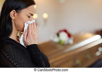 funeral, mujer, ataúd, llanto, iglesia