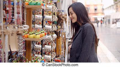 fuori, donna sorridente, controllo, merce, giovane, negozio