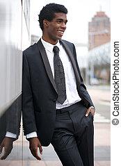 fuori, giovane, attraente, uomo affari, ritratto, sorridente