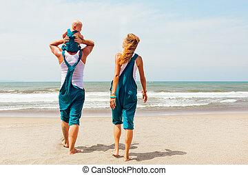 furcsa, család jár, képben látható, a, tenger, tengerpart