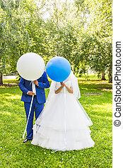furcsa, esküvő párosít, noha, léggömb, álló, alatt, egy, kaszáló, és, bír, fun.