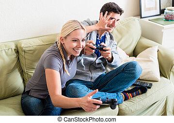 furcsa, young párosít, játék együtt, egy, játékautomata, képben látható, vigasztal