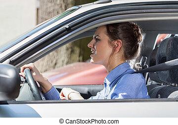 furieus, staande vrouw, in, een, verkeersopstopping