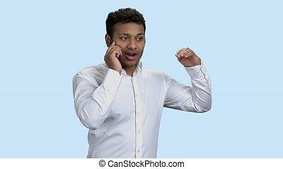 futuriste, expliquer, homme affaires, quelque chose, téléphone.