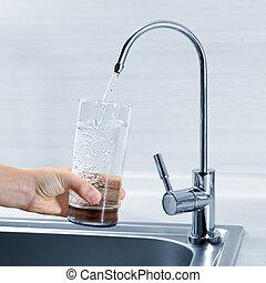 fyllande, glas vatten, in, hand, från, kök, kran