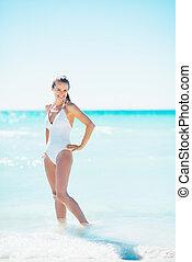 fylld längd porträtt, av, lycklig, ung kvinna, stående, hos,...