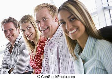 fyra, businesspeople, sittande, inomhus, le