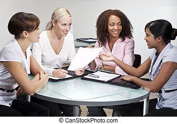 fyra, nymodig, affärskvinnor, in, ämbete möta