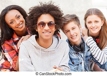fyra, tonårig, sittande, friends., glad, kamera, varje, nära...