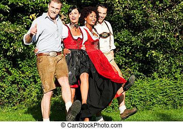 fyra, tracht, dansande, vänner, grupp, bayersk