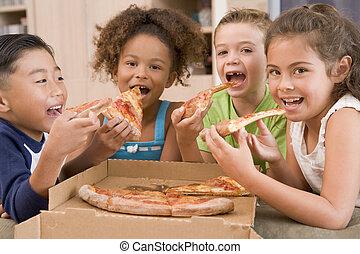 fyra, unga barn, inomhus, äta pizza, le