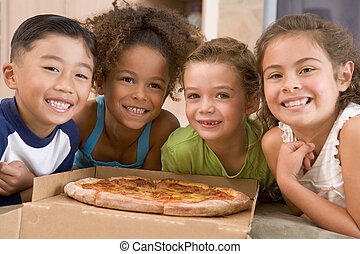 fyra, unga barn, inomhus, med, pizza, le