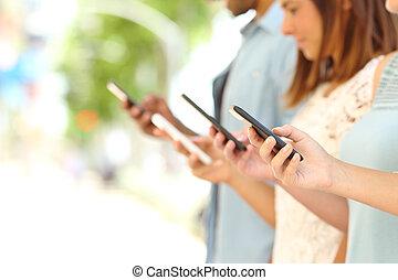 fyra, vänner, texting, in, deras, smart, telefoner