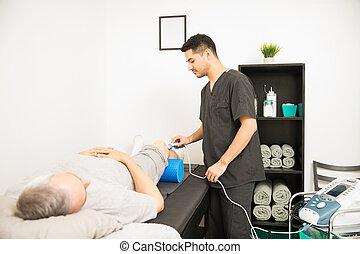 fysioterapeut, användande, ultraljud, sondera, på, tålmodig, knä