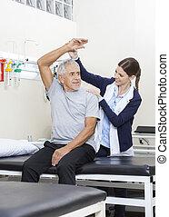fysioterapeut, bistå, senior, patient, til udøvelse
