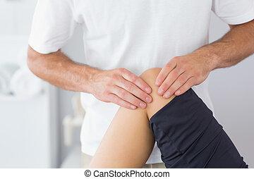 fysioterapeut, checking, knæ, i, en, patient