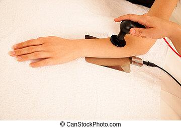 fysioterapeut, gör, tecar, terapi, alterantive, behandling, på, a, kvinna, tålmodig