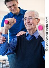 fysioterapeut, hjælper, senior mand, til, elevatoren, hånd vægt
