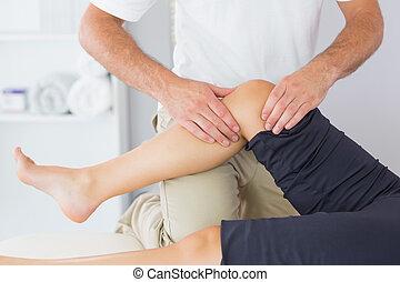 fysioterapeut, kontrollerer, knæ, i, en, patient