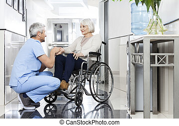 fysioterapeut, rullstol, hand, patient's, holdingen, senior